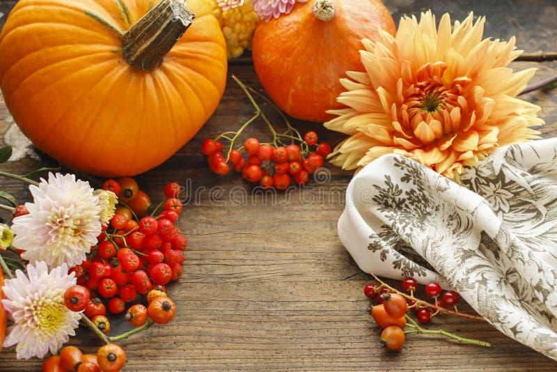 Предпосылка осени с плодоовощами и цветками стоковое фото