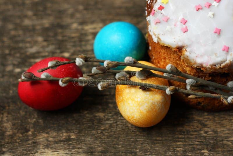 Предпосылка пасхи с яичками и тортом пасхи стоковая фотография rf
