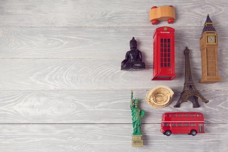 Предпосылка перемещения и туризма с сувенирами со всего мира над взглядом стоковое изображение rf