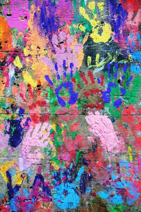 Предпосылка покрашенная стеной красочная с напечатанными руками стоковые изображения rf
