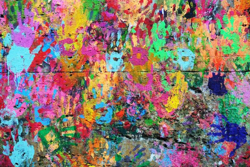 Предпосылка покрашенная стеной красочная с напечатанными руками стоковая фотография