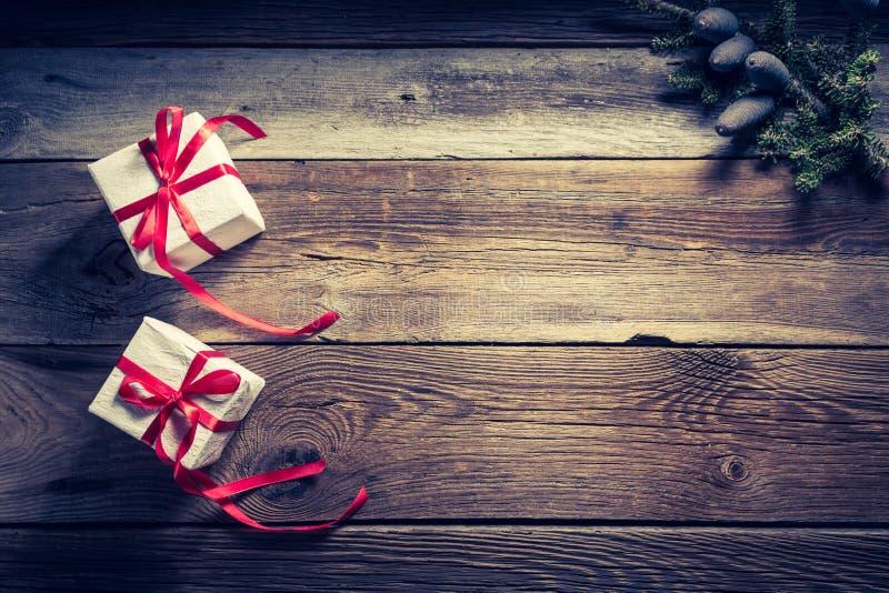 Предпосылка праздника рождества деревянная с подарками стоковые изображения