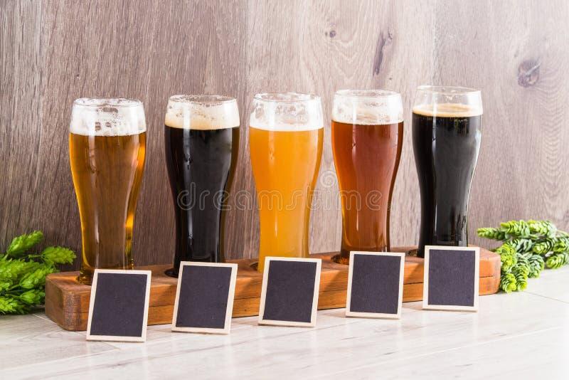 Предпосылка древесины дегустации пива ремесла стоковое фото rf