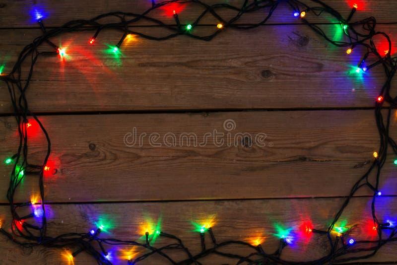 Предпосылка рождества деревенская - год сбора винограда planked древесина с светами a стоковые фотографии rf