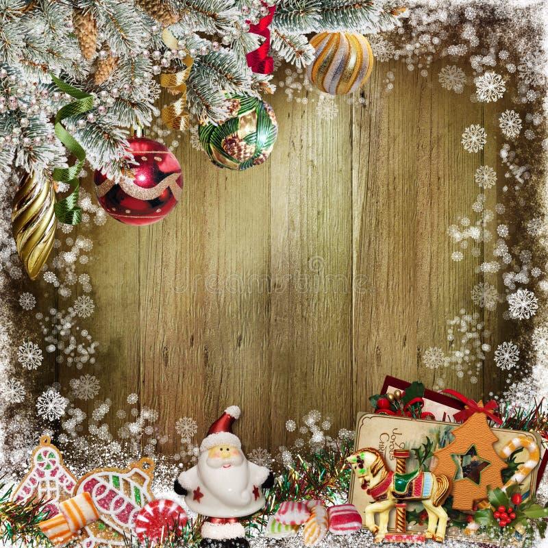 Предпосылка рождества поздравительная с ветвями сосны, конфетой, украшениями Санта Клауса и рождества бесплатная иллюстрация