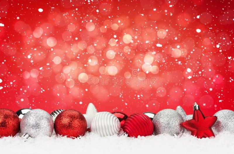 Предпосылка рождества с безделушками и снегом стоковые изображения