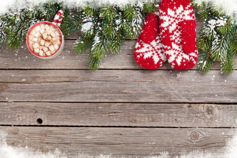 Предпосылка рождества с елью, mittens, горячим шоколадом стоковое изображение