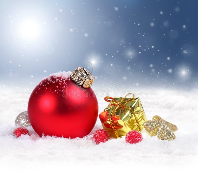Предпосылка рождества с красными орнаментом и снежинками стоковая фотография rf