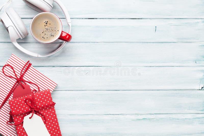 Предпосылка рождества с подарками, кофе и наушниками стоковое изображение rf