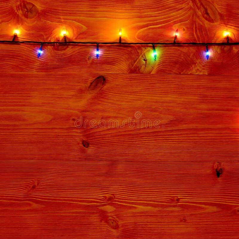 Предпосылка рождества с светами рождества на деревянных планках стоковые изображения rf