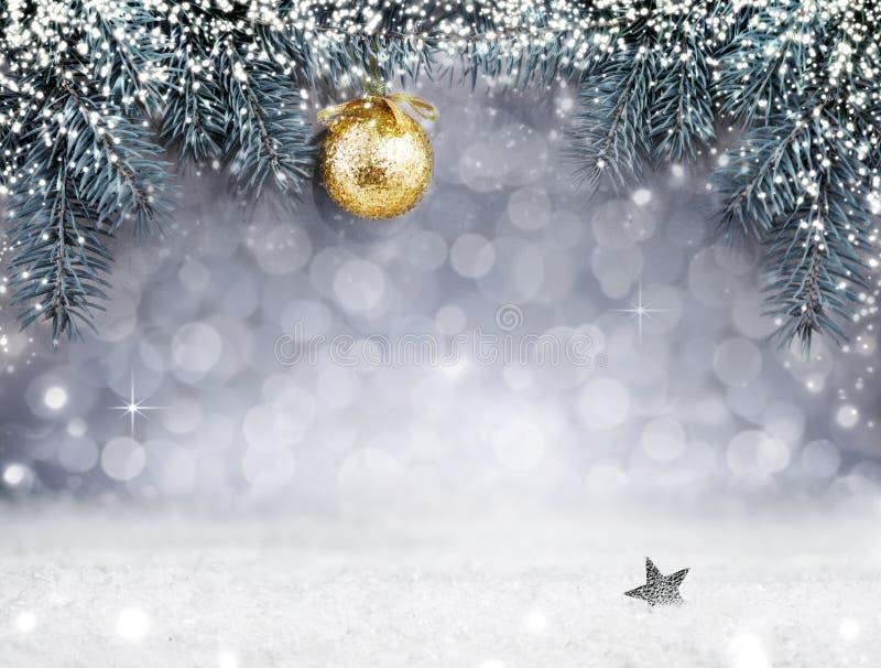 Предпосылка рождества с снегом и золотой шарик на елевой ветви стоковое изображение