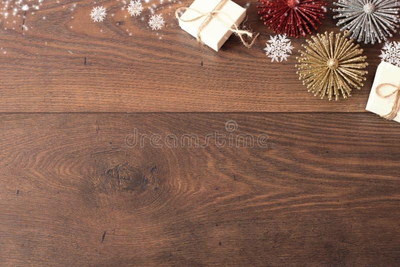 Предпосылка рождества с украшениями и подарочными коробками на деревянной доске Голубая sparkly предпосылка праздника с космосом  стоковое фото rf