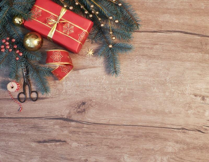 Предпосылка рождества с украшенными хворостинами и подарочной коробкой ели стоковые изображения