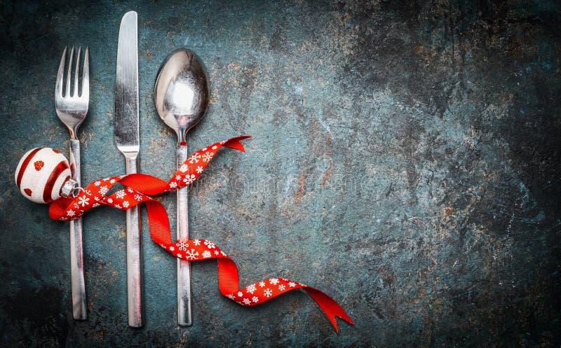 Предпосылка рождества с silverware урегулирования места и красное украшение для праздничного обедающего стоковое фото