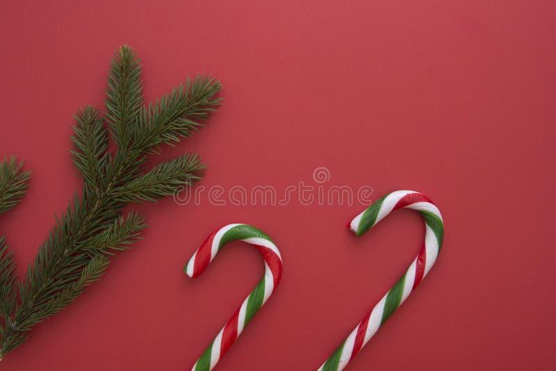 Download Предпосылка рождества с Twings ели и тросточками конфеты на красном цвете Взгляд сверху, плоское положение Скопируйте космос для Стоковое Изображение - изображение насчитывающей тип, ель: 81813915