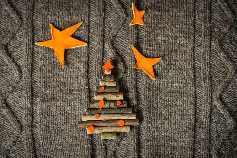 Предпосылка рождества теплая связанная при украшения дерева Нового Года сделанные из ручек Винтажная рождественская открытка с ha стоковое фото