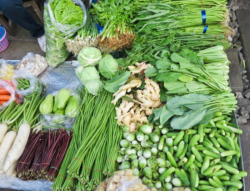 Предпосылка свежих овощей и зеленых цветов на рыночном мести стоковое изображение