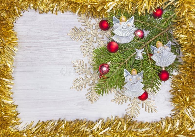 Предпосылка с ангелами, украшение рождества на деревянной доске стоковые изображения