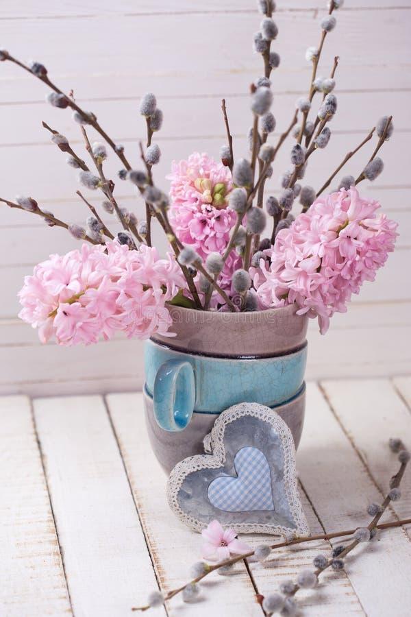 Предпосылка с гиацинтами и вербой разветвляет в вазе и декорумах стоковое изображение
