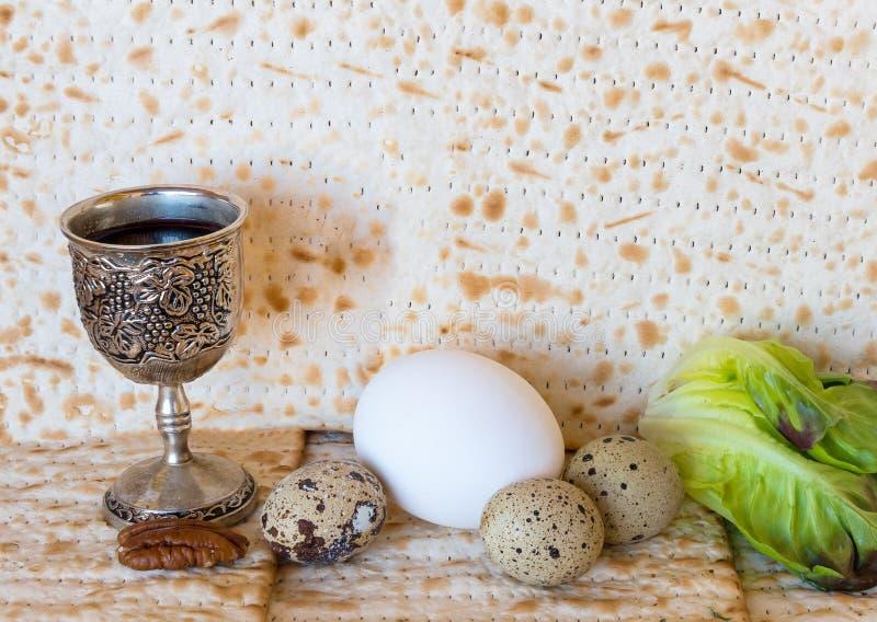 Предпосылка с еврейским пресным хлебом и традиционной едой для еврейской пасхи стоковые фото