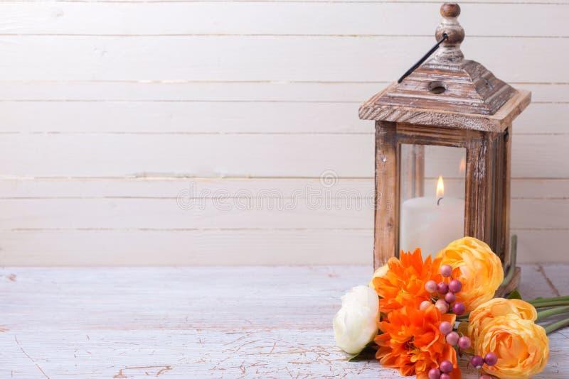 Предпосылка с желтыми цветками и свечой стоковая фотография rf
