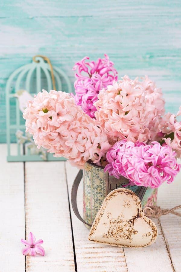 Предпосылка с розовыми гиацинтами в вазе, декоративном сердце стоковая фотография rf