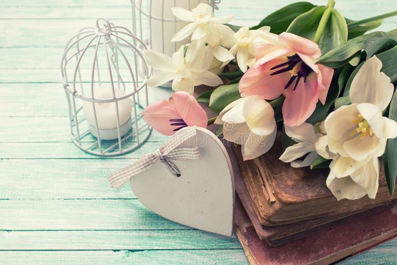 Предпосылка с свежими цветками, старыми книгами и свечами стоковые изображения rf