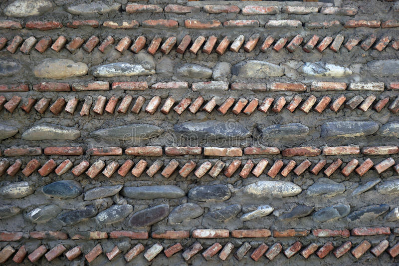Предпосылка, текстура стены от естественных камней различных размеров, положенных вне вертикально и горизонтально стоковое фото rf
