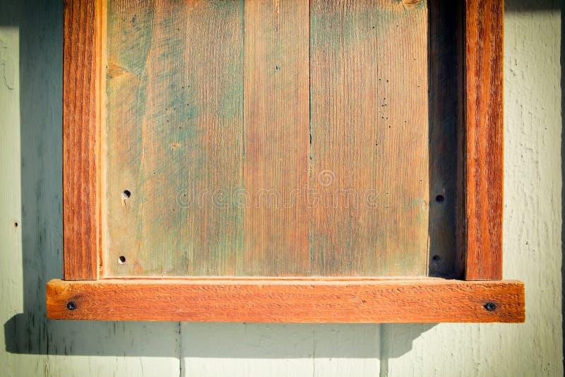 Предпосылка текстурированная древесиной с зеленой текстурой мха стоковое фото rf
