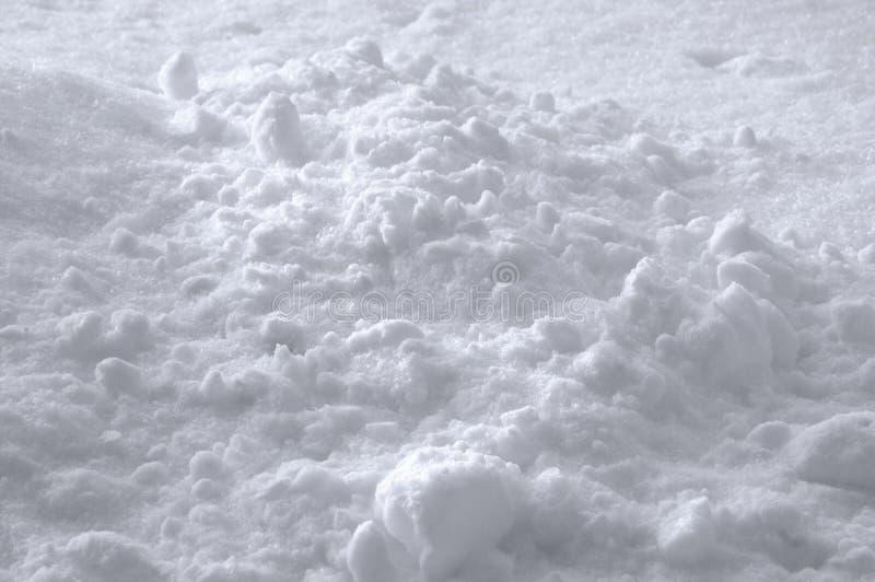 Предпосылка текстуры снега, яркая новая свежая сверкная куча смещения в небольшой белой сини, детальном солнечном крупном плане,  стоковое изображение rf