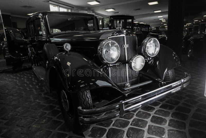 Предпосылка темноты лимузина Cabrio автомобиля Adler Трумпфа автомобиля Кадиллака V-16 винтажная ретро младшая коричневая роскошн стоковое изображение