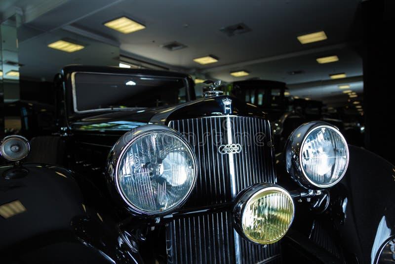 Предпосылка темноты лимузина Cabrio автомобиля Adler Трумпфа автомобиля Кадиллака V-16 винтажная ретро младшая коричневая роскошн стоковое изображение rf