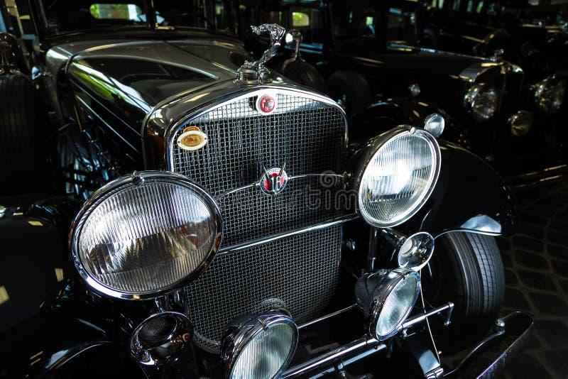 Предпосылка темноты лимузина Cabrio автомобиля Adler Трумпфа автомобиля Кадиллака V-16 винтажная ретро младшая коричневая роскошн стоковые фотографии rf