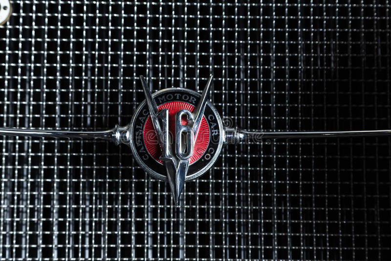 Предпосылка темноты лимузина Cabrio автомобиля Adler Трумпфа автомобиля Кадиллака V-16 винтажная ретро младшая коричневая роскошн стоковые изображения