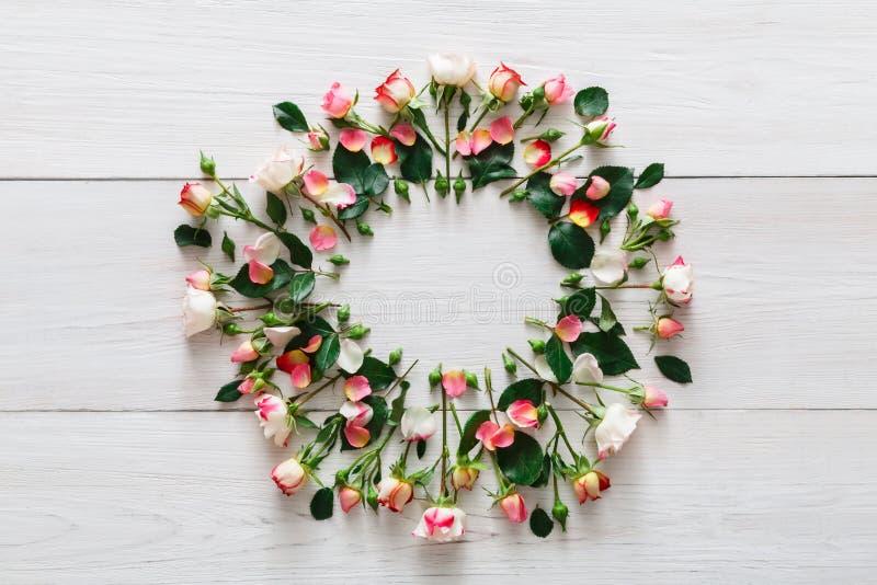 Предпосылка цветочного магазина, розы объезжает на белой древесине стоковое изображение