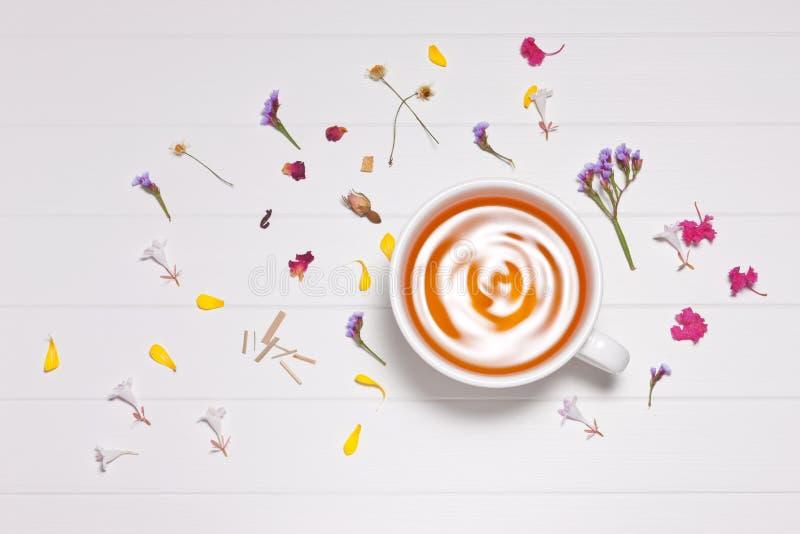 Предпосылка чашки травяного чая стоковое изображение