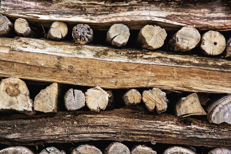 Предпосылка штабелированных деревянных журналов, год звенит стоковые фотографии rf