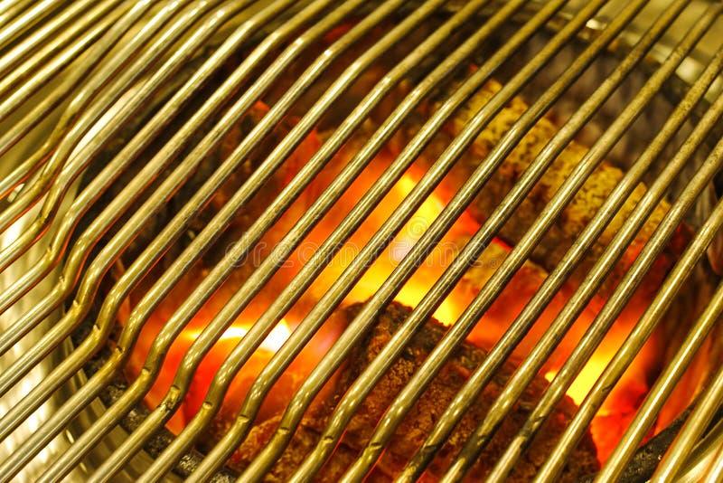 Предпосылка BBQ, горящий уголь в гриле BBQ стоковые изображения rf