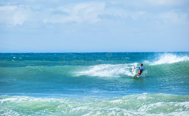 Предпосылка Kitesurfing Восхождение на борт фристайла на океанских волнах стоковое фото rf