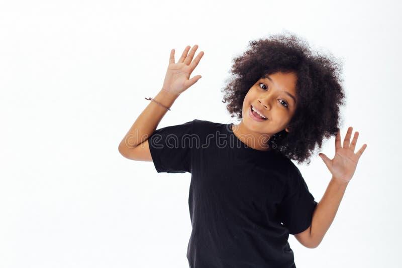 Пре-предназначенный для подростков Афро-американский ребенк кладя руки вверх быть шаловливый и счастливый стоковые изображения rf