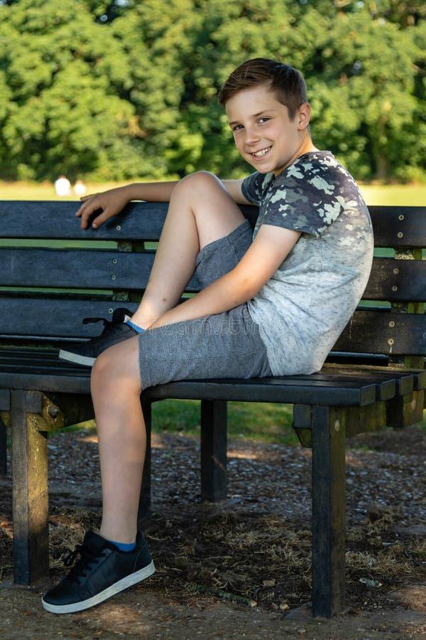 Пре-предназначенный для подростков кавказский мальчик играя снаружи стоковая фотография rf