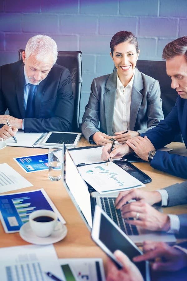 Предприниматели в конференц-зале стоковое изображение rf