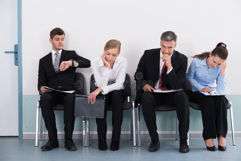 Предприниматели ждать собеседование для приема на работу стоковые фотографии rf