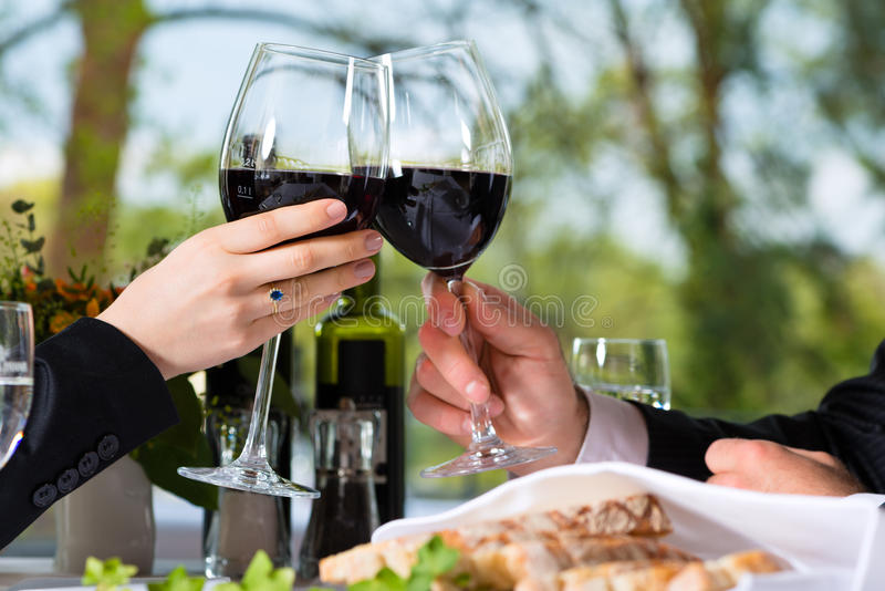 Предприниматели имеют обед в ресторане стоковое фото