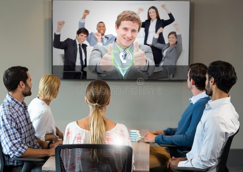 Предприниматели имея видео вызывая на телевидении стоковое фото