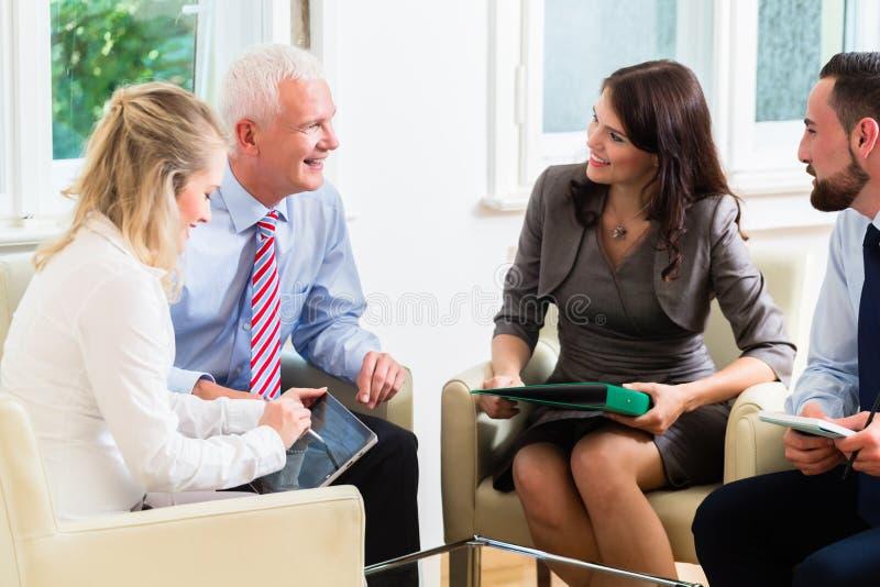 Предприниматели имея обсуждение в офисе стоковые изображения