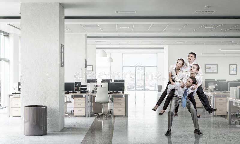 Download Предприниматели имея потеху в офисе Мультимедиа Стоковое Изображение - изображение насчитывающей вакханические, шикарно: 81809511