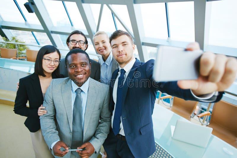 Предприниматели принимая selfie стоковая фотография rf
