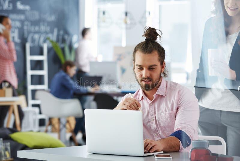 Предприниматели усмехаясь обсуждающ идеи стоковое изображение