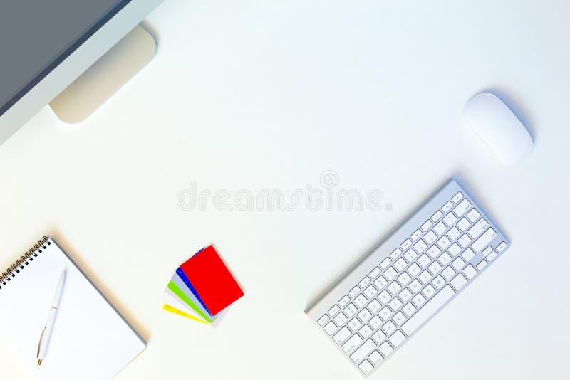 Предприниматель места службы современный в белой таблице с визитными карточками стоковое фото rf